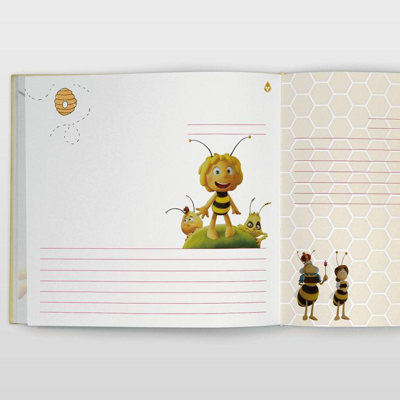 Carte pentru amintri de la botez cu Albinuţa Maya cu pagini pe care se pot ataşa poze sau se pot desena de copil.