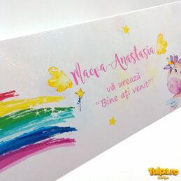 Place card cu prinţesă şi unicorn, realizat în tematică watercolor, potrivit pentru fetiţe. Plicurile se pot personaliza gratuit şi sunt livrate asamblate.
