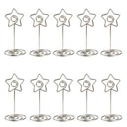 Suport numere de masă sau place card-uri, în formă de pentagon, realizate din metal.