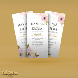 Invitaţie de nuntă elegantă, cu flori roz şi text auriu, accesibilă oricărui buget.