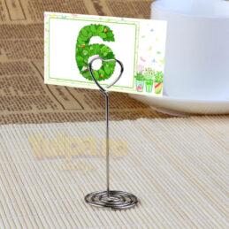 Suport numere de masă metalic, în formă de inimă. Un element decorativ şi funcţional care se poate folosi şi pentru place card-uri.